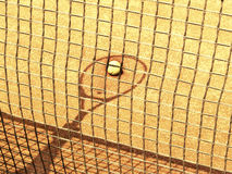 网球拍和网阴影与球在网球场143 o 免版税图库摄影