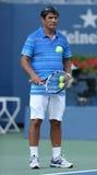 网球教练在拉斐尔・拿度实践期间的措尼Nadal的在亚瑟・艾许球场的美国公开赛2013年 免版税库存图片
