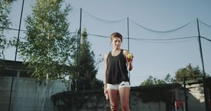 网球时间在好日子,嬉戏妇女准备打在网球场的球 4K 股票视频