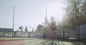 网球时间年轻女性演奏非常专业在网球场 4K 股票视频