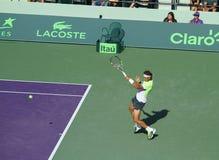 网球明星拉斐尔・拿度在开放的迈阿密击中正手击球 免版税库存照片