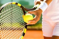网球服务 免版税库存图片