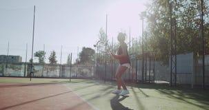 网球比赛在好日子,移动球拍的妇女非常专业在网球场 股票视频