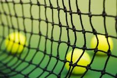 网球网在绿色法院的 库存照片
