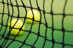 网球网在绿色法院的 免版税库存图片
