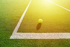 网球软的焦点在网球草地网球场的好为backgro 库存照片