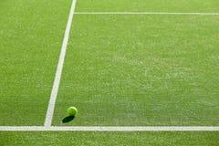 网球软的焦点在网球草地网球场的好为backgro 免版税库存照片