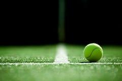 网球软的焦点在网球草地网球场的 免版税库存照片