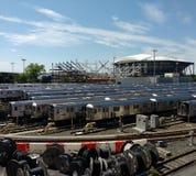 网球,路易斯阿姆斯特朗体育场建设中在旁边从光环路轨围场, NYC, NY,美国的亚瑟・艾许球场 库存照片
