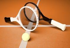 网球;球拍;球形;法院;比赛;地面 库存照片
