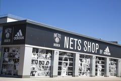 网生活方式商店在科尼岛的爱迪达 免版税库存图片