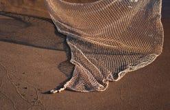 网的阴影在沙子的 库存照片