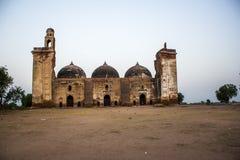 以网眼图案工作、雕刻和设计为特色的庄严被破坏的清真寺 免版税图库摄影