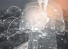 网络和城市和浓缩的网络连接两次曝光  免版税库存图片
