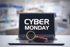 网络在便携式计算机上的星期一标志 免版税库存图片