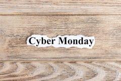 网络在纸的星期一文本 在被撕毁的纸的词网络星期一 com概念小雕象图象其它正确的常设文本 库存图片