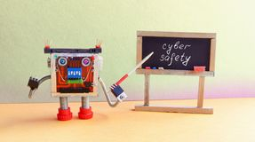 网络安全概念 机器人程序员演讲计算机互联网的保护 友好的靠机械装置维持生命的人玩具与 免版税库存图片