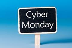 网络星期一购物与一点木标记的销售概念 销售标记关闭在蓝色背景 最佳的网上购物 库存照片