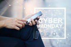 网络星期一,使用智能手机和象网络的人 免版税库存图片