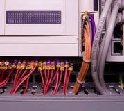 网络缆绳被连接到开关-接近数据中心硬件 色的多电汇 免版税库存照片