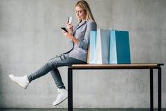 网络购物信用卡支付智能手机袋子 图库摄影