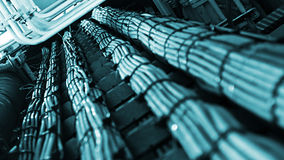 网络和电缆,抽象信息流在互联网 免版税库存照片