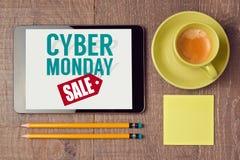 网络在数字式片剂的星期一标志有咖啡杯的 假日网上购物概念 在视图之上 库存照片