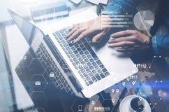 网络安全的概念 在膝上型计算机的晴朗的办公室供以人员工作,当坐在木桌上时 背景数字式 免版税库存图片
