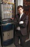 网络工程师在服务器屋子里 库存照片