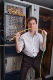 网络工程师在服务器屋子里 免版税图库摄影