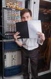 网络工程师在服务器屋子里 免版税库存照片
