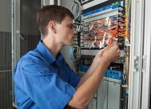 网络工程师在服务器屋子里 免版税库存图片