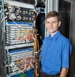 网络工程师在服务器屋子里 图库摄影