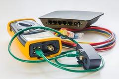 网络测试器和小开关有各种各样的颜色的RJ45缚住c 免版税库存照片