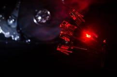 网络转接和以太网电缆,全球性通信的标志 色的网络在与光和smo的黑暗的背景缚住 免版税库存图片