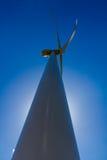 罕见的产生干净的金钱的力量的一台巨大的高科技工业风轮机的树荫边光晕平直的特写镜头透视 图库摄影