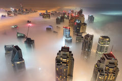 罕见的冬天早晨雾在迪拜,阿拉伯联合酋长国- 05/DEC/2016 免版税库存照片