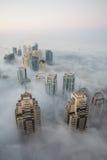 罕见的冬天早晨雾在迪拜,阿拉伯联合酋长国- 15/NOV/2016 免版税图库摄影