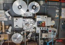 罕见的有影片的葡萄酒工业戏院35mm电影打印机 免版税库存照片