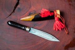 罕见的有木刀子衣领或盖子的葡萄酒减速火箭的刀子 spea 库存照片