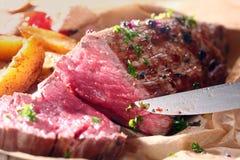 罕见的烤牛肉和土豆可口晚餐  免版税库存图片