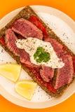 罕见的煮熟的牛排和红辣椒开放面孔三明治与Ho 免版税库存图片
