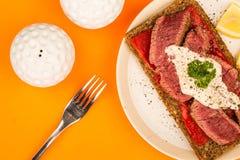罕见的煮熟的牛排和红辣椒开放面孔三明治与Ho 免版税库存照片