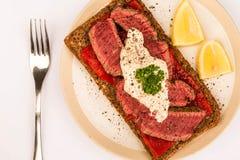 罕见的煮熟的牛排和红辣椒开放面孔三明治与Ho 库存照片