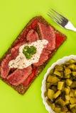 罕见的煮熟的牛排和红辣椒开放面孔三明治与Ho 库存图片
