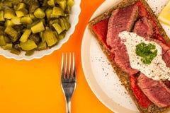 罕见的煮熟的牛排和红辣椒开放面孔三明治与Ho 免版税图库摄影