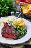 罕见的牛排用土豆泥、绿豆和煮沸的玉米 免版税库存图片