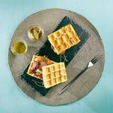 罕见的牛肉奶蛋烘饼三明治 免版税库存图片