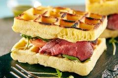 罕见的牛肉奶蛋烘饼三明治 免版税库存照片