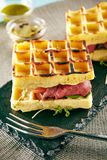 罕见的牛肉奶蛋烘饼三明治 图库摄影
